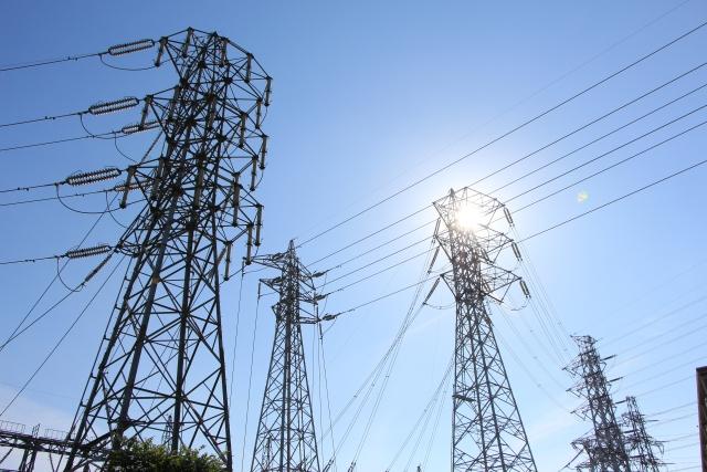 鉄塔と電線の写真