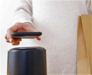 電子マネーで会計する人の画像